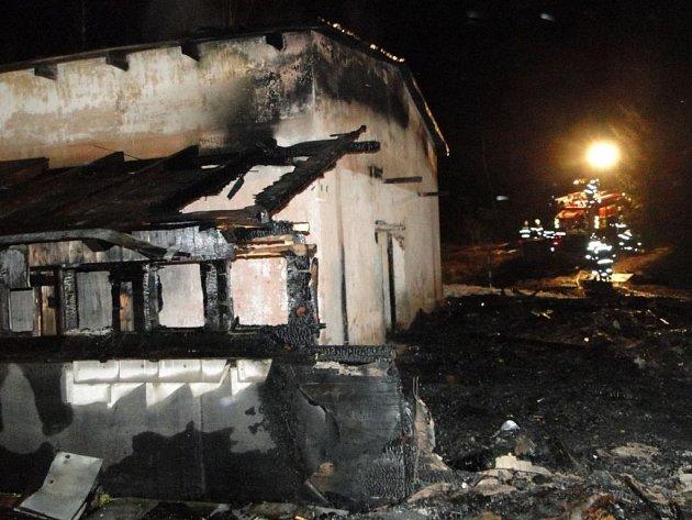Požár zničil bývalou sokolovnu v Abertamech.