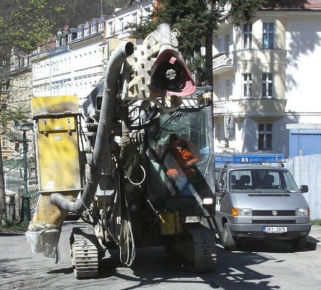 BAGR V LÁZEŇSKÉ ZÓNĚ! I to zažívají šokovaní lidé, kteří bydlí v centru Karlových Varů.  Městští strážníci mají se stále drzejšími stavebníky plné ruce práce a toto území kontrolují stále častěji.