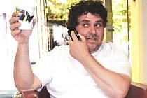 Jaroslav Dolina ukazuje jeden z posledních hrnečků, který slavnostně donesl až na festivalový červený koberec a pak předal přímo na recepci hotelu.