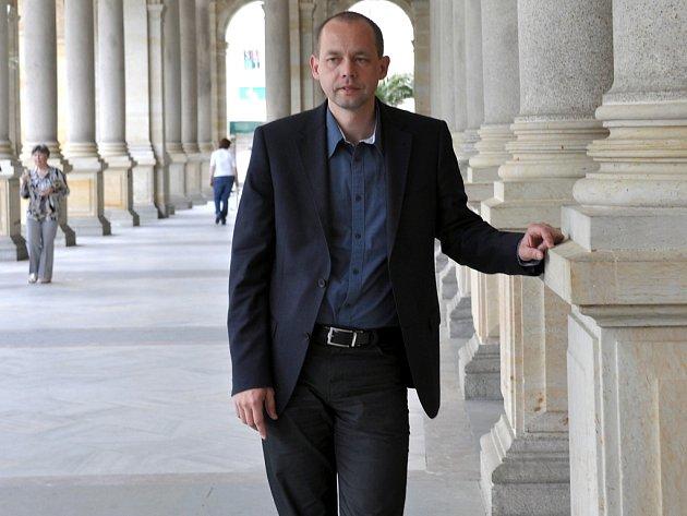 Karlovarský primátor Petr Kulhánek na kolonádě.