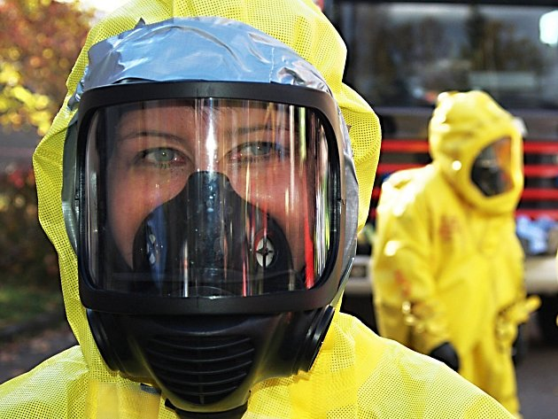Záchranáři v Karlových Varech cvičili, jak co nejlépe postupovat v případě velmi nebezpečné nákazy.