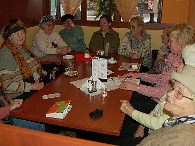 Dvanáct karlovarských dam miluje humor a smích. Scházejí se každý pátek u kávy v kavárně Verona a patřičně si to užívají.