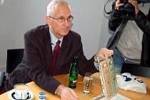 Na neohlášenou návštěvu Karlových Varů přijel v pondělí Američan Edward Fagan. Přivezl s sebou i cenné papíry, na základě kterých požaduje vyplacení přibližně deseti miliard korun.