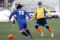 V zahajovacím utkání ostrovského zimního turnaje si připsali na své konto vítězství fotbalisté Klášterce (ve žlutém), když pokořili Jáchymov (v modrém) 2:0.