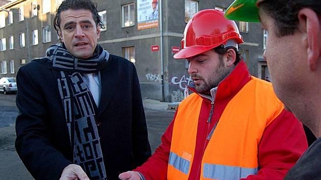 Klidová zóna. Karlovarský primátor Werner Hauptmann a stavbyvedoucí Lukáš Jára, který má na starosti rekonstrukci Sokolovské ulice, představili včera novou podobu této strategické ulice.
