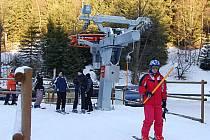Podmínky pro lyžování jsou v Krušných horách ideální, vleky v provozu a běžecké tratě upravené. Vysvitnout má dokonce i sluníčko.