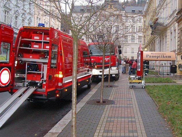Hasiči v restauraci. Ze zatopeného Panoptika odčerpali hasiči stovky litrů vody.