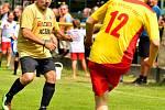 Fotbalový fanoušek musel zářit štěstím. Na dvorském stadionu v rámci doprovodné akce  53. ročníku MFF se totiž tradičně odehrál charitativní turnaj tří týmů za účasti VTJ Karlovy Vary, Výběru Karlovarska a hvězdného Real Top Praha, který pořádala TJ Karlo