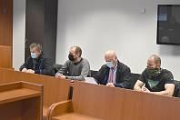 Dozorci se svými právními zástupci před sokolovským soudem