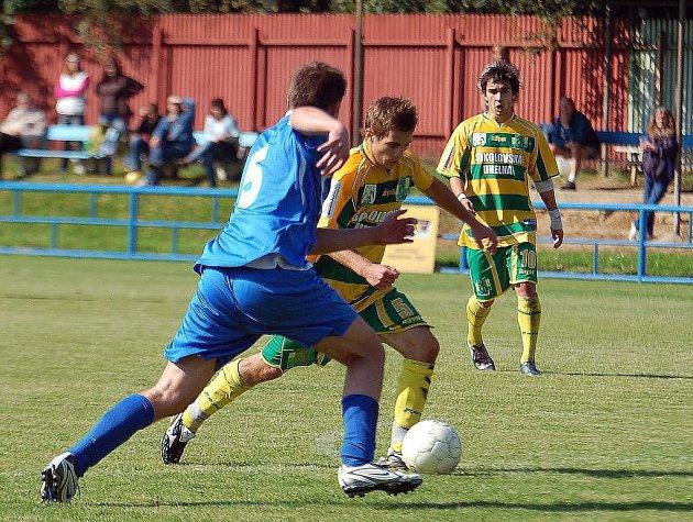 Dlouho drželi fotbalisté karlovarské Lokomotivy (v modrém) příznivý stav v duelu s lídrem tabulky Sokoloívem B (v pruhovaném), kterému nakonec podlehla v poměru 2:5
