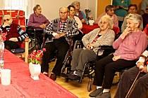 Seniorům v Karlových Varech se snad blýská na lepší časy.