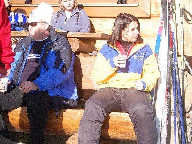 PLNO. V areálu Novako na Božím Daru, určeném pro lyžaře začátečníky a pro děti, bylo o víkendu plno. Lidé využívali překrásného počasí a zhoršená kvalita sněhu jim příliš nevadila.