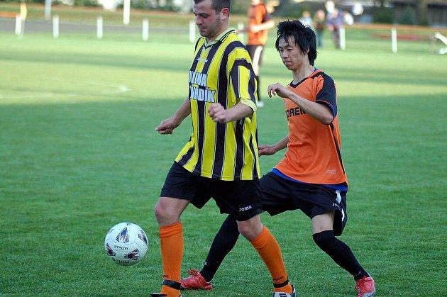 V dohrávce krajského přeboru si připsali další výhru na své konto fotbalisté Toužimi (v pruhovaném), když udolali Králové Poříčí (v oranžovém) těsně 2:1.