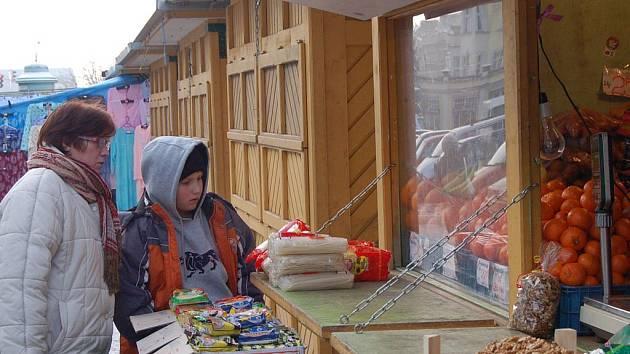 Kvůli silným mrazům se vyprázdnila i tržiště v Karlových Varech. Ve Varšavské ulici je v současné době otevřeno asi jen pět stánků.