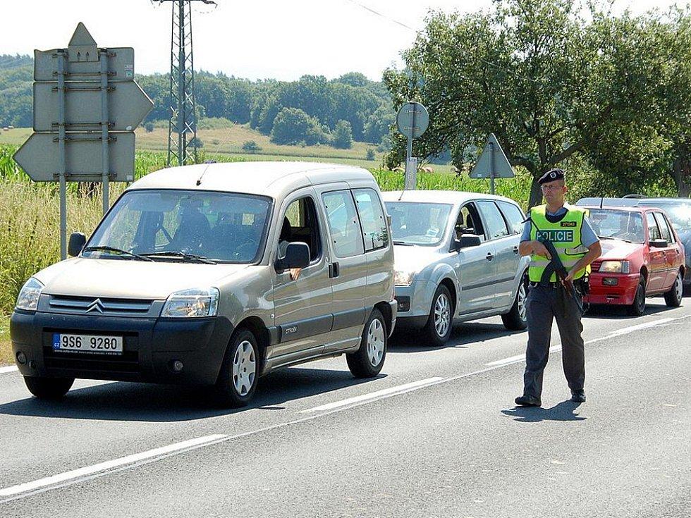 Pátrání po dvojici lupičů. Na silnicích v kraji hlídkují policisté se samopaly.
