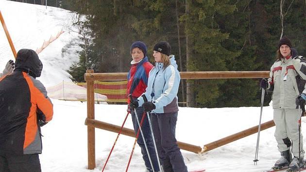 Lidé si poslední lyžování chtěli užít a některým nevadil ani déšť.