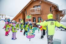 Děti a rodiče si užívali na zimním táboře.