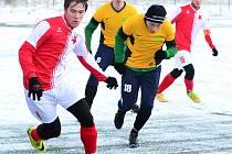 Karlovarská Slavia si na úvod přípravy připsala na konto výhru 2:1 nad týmem Březové (ve žlutém).