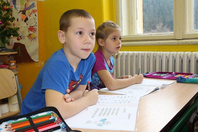Prvňáčci ze Základní školy vKyselce spaní učitelkou Věrou Grünwaldovou.