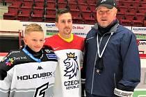 Jakub Flek s trenérem Martinem Pešoutem a mladým gólmanem Simonem Pešoutem po návratu z mistrovství světa