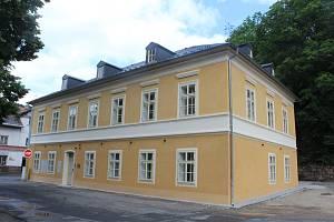 Hotel Kronprinz, po 1. světové válce Hotel Růže, prošel náročnou rekonstrukcí za 25 milionů korun. I ten patřil do souboru objektů Lázní Kyselka.