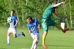Ostrovský FK (v modrém) si připsal na účet velmi cennou výhru, když v derby pokořil karlovarský 1.FC (v zeleném) v poměru 3:2.