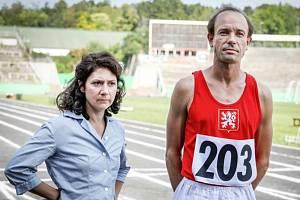 Na snímku z 30. srpna 2019 jsou Václav Neužil a Martha Issová, představitelé manželů Zátopkových, při natáčení filmu Zátopek.