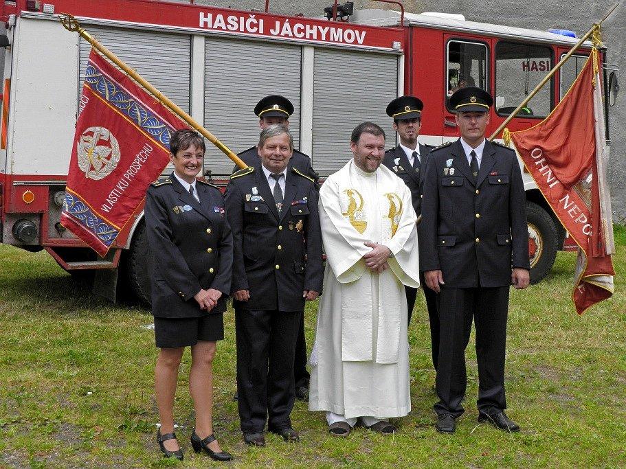 Během oslav se našel čas i na posvěcení hasičského praporu.