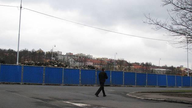 POZEMEK U DOLNÍHO NÁDRAŽÍ v Karlových Varech, kde hodlá v budoucnu stavět za stamiliony korun společnost Lordship, je obrovský. Jen jedna část provizorní ohrady, která nyní kolem staveniště vznikla a lemuje Západní ulici, je dlouhá přes půl kilometru.