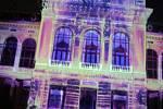 V Karlových Varech se o víkendu konal další ročník Festivalu světel, který přilákal do města tisícovky návštěvníků. Ty zcela zaplnily ulice v lázeňském centru.