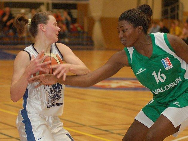 NEDÁM jakoby říkala karlovarská basketbalistka Hricová ( v bílém) sokyni z Valosunu Brno v prvním utkání nadstavby A1, které se odehrálo o víkendu v lázeňském městě.