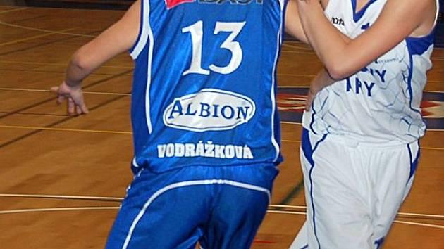 Mladší dorostenky karlovarské Lokomotivy hostily v sobotu v domácím prostředí jednoho z favoritů basketbalové extraligy, družstvo Hradce Králové.