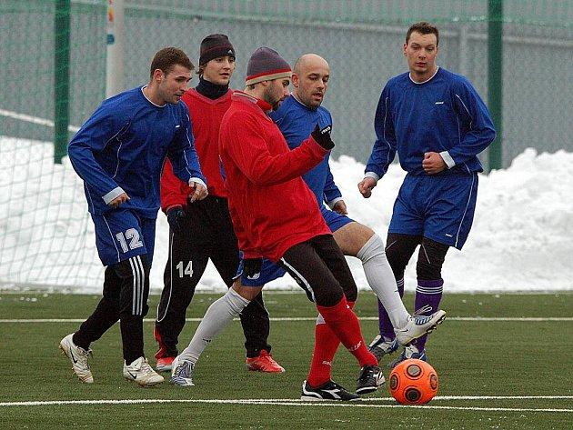 Ani ve třetím kole se fotbalisté Jáchymova (v modrém) vítězství na ostrovském zimním turnaji nedočkali. Tentokrát totiž podlehli Ostrovu (v červeném) v poměru 4:0.