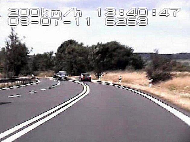 Snímek z policejního radaru zachytil řidiče řítícího se dvoustovkou