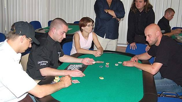 Vítěz druhého karlovarského pokerového turnaje se může těšit na cestu do Las Vegas a kapesné 2000 dolarů.