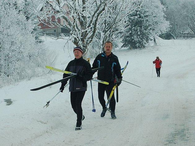 Nový sníh byl pro řidiče noční můrou. Lyžaři a běžkaři si naopak sněhovou nadílku plně vychutnali.