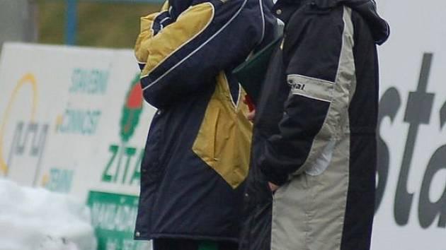 POSILA? Trenérské duo juniorky Baníku Sokolov Stanislav Purkart (vlevo) a František Krejčí zaměstnává nejvíce post útočníka. Na snímku jakoby vyhlíželi novou akvizici do svého týmu.