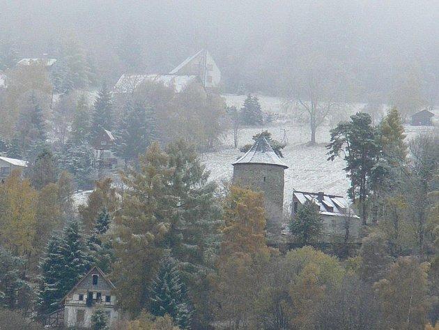 První nadílky se nedočkaly jenom vrcholky Krušných hor. Sněhem se zahalil i Jáchymov.
