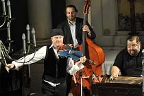 Fenomenální houslista Pavel Šporcl s romskou cimbálovou kapelou Romano stilo v kostele v městečku Netzschkau.