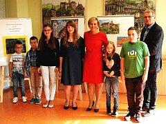 OCENĚNÍ VÝTVARNÍCI. Hejtmanka Jana Vildumetzová při slavnostním vyhlášení výsledků krajské soutěže pro mladé.