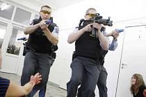 PODOBNÁ CVIČENÍ se uskutečňují napříč celou Českou republikou. Takto se na podobnou situaci připravovali policisté v Pardubickém kraji na místním gymnáziu.