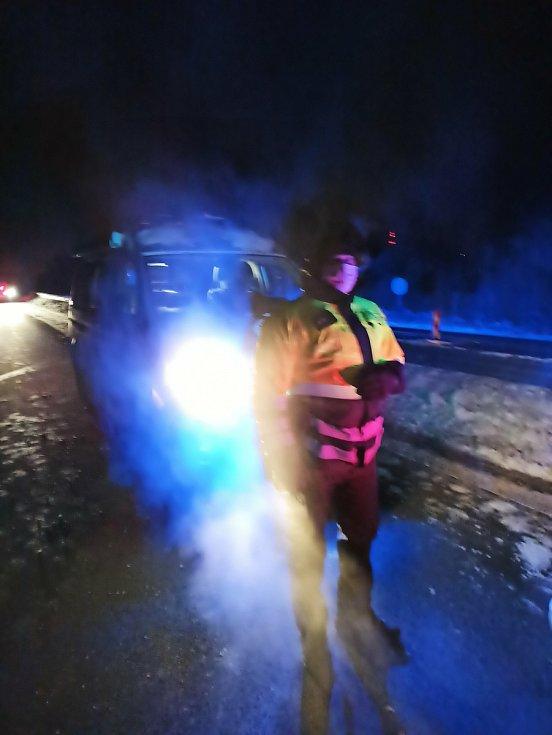 První den uzávěry okresů Cheb a Sokolov. Policisté připravují stanoviště za obcí Hory ve směru na Sokolov kvůli kontrolám řidičů. Na silnici D6 byl krátce po půlnoci klid. Místem projelo jen několik vozů.