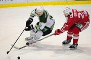 Hokejové utkání WSM Ligy - play off mezi celky HC Slavia Praha a  HC Energie Karlovy Vary 18. března v Praze. Zleva Stanislav Balán vs. Jiří Drtina.