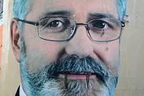 Plakát lídra KSČM Jaroslava Borky, jemuž někdo přikreslil upíří zuby.
