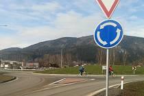 NA STAVBĚ obchvatu Hroznětína je už dokončena okružní křižovatka nedaleko bývalého masokombinátu.