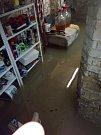 Vytrvalý déšť zasáhl Karlovarský kraj s mírnějšími následky, než jiné regiony. Přesto tu záplavy vody komplikovaly lidem život.