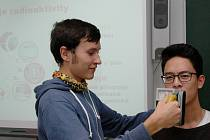 STUDENTI Jan Hejduk a Dang Tuan Hung při pokusu s přenosným dozimetrem.
