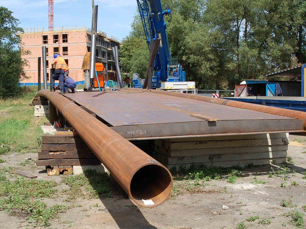 Stavba mostu, který spojí břehy řeky Ohře mezi Varyádou a Meandrem v Karlových Varech.