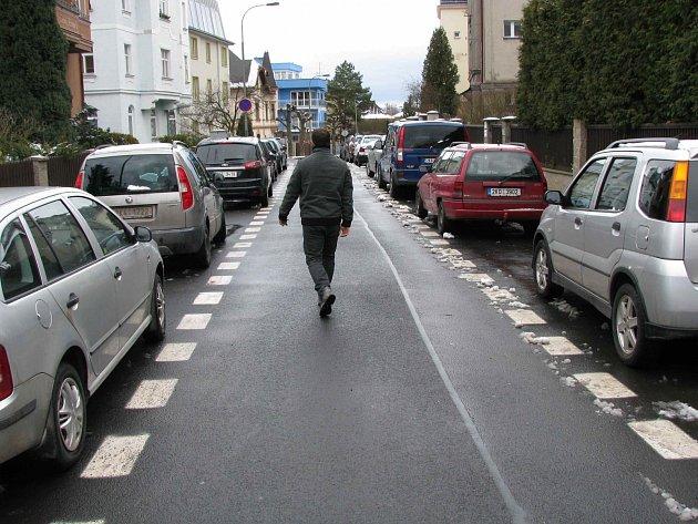 MÁLO MÍSTA k parkování. Patrně největší současný problém obyvatel Anglické ulice.