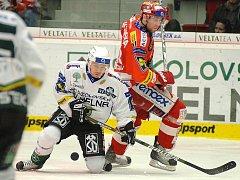 Ze zápasu 28. kola hokejové extraligy Energie Karlovy Vary (v bílém) - Slavia Praha (v červeném) 2:1.